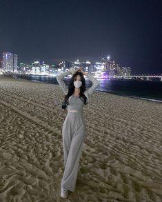 Korean Girl Photo, Korean Girl Fashion, Ulzzang Fashion, Korean Street Fashion, Kpop Fashion Outfits, Fashion Poses, Look Fashion, Korean Casual Outfits, Edgy Outfits