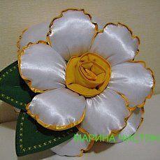 Handmade Pillows, Diy Pillows, Cushions On Sofa, Decorative Pillows, Paper Flowers Craft, Fabric Flowers, Hand Embroidery Art, Embroidery Designs, Diy Sofa Cover