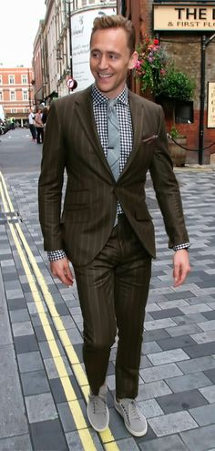 Tom Hiddleston seen out and about in London's Soho on September 3, 2015. Full size photo: http://i.imgbox.com/lZ0dFUzK.jpg Source: Torrilla, Weibo