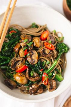 roasted teriyaki mushrooms and broccolini soba noodles — So.- roasted teriyaki mushrooms and broccolini soba noodles — Sobremesa Roasted Teriyaki Mushrooms and Broccolini Soba Noodles via Sobremesa - Vegetarian Recipes Hearty, Healthy Recipes, Fast Recipes, Meatless Recipes, Lunch Recipes, Japanese Vegetarian Recipes, Healthy Dinners, Vegetarian Recipes For Families, Recipes For Vegetarians