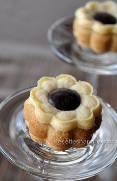 """De superbes petites pâtisseries sous formes de « fleurs » fourrées aux amandes et parfumées à la vanille. Je me suis inspirée de cette recette , testée et adoptée ! (j'ai modifié un peu la recette de base, mes biscuits sont """"nature"""" sans miel, mais sachez..."""