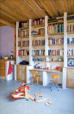 Deze boekenkast annex speelplek is opgetrokken uit cellenbeton en kaasplanken.