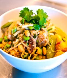 Thaigryta med kyckling, sojabönor, kokos och ananas Wok, Japchae, Thai Red Curry, Feta, Food Porn, Food And Drink, Low Carb, Cooking, Ethnic Recipes