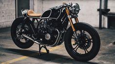 Desde Carlton Way, en Los Angeles (California), nos henos traído esta belleza de Cafe Racer construida a partir de una Yamaha XJ 550 de 1981.