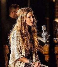I wish I could pull this off Laura Daigle, Granola Girl, Simple Makeup Looks, Christian Music, Christian Singers, Hippie Outfits, Celebs, Celebrities, I Love Music
