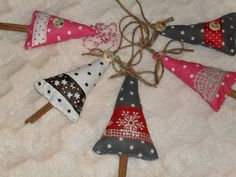 Suloiset pilkulliset kuuset ja koristeena erilaisia nauhoja ja kuusenjalkana kanelitanko tai oksa pihalta. Joulukuusen tai paketin soma koriste.