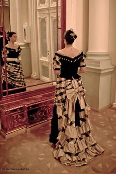 Biggest Women S Fashion Brands Victorian Era Dresses, Victorian Gown, Victorian Costume, 1800s Fashion, Victorian Fashion, Vintage Fashion, Vintage Outfits, Vintage Gowns, Historical Costume
