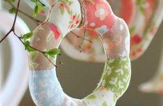 Faça um enfeite de pendurar feito em tecido para decorar a sua casa de forma delicada e especial ou para presentear um ente querido. E se você quiser, pode