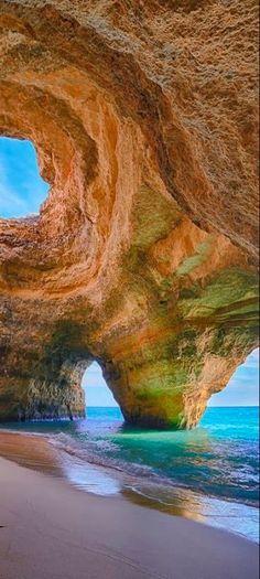 Samote jaskyne neďaleko Lagoa, Algarve, Portugalsko