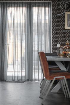 𝗧𝗛𝗨𝗜𝗦 𝗕𝗜𝗝 🏠 | We bezochten Wieke en Douwe in hun riante nieuwbouwwoning te Sneek, Friesland. 👫 Lees alles over haar woonstijl en raamdecoratiekeuzes op ons blog! | openslaande deuren raambekleding | raamdecoratie | vitrage woonkamer | gordijnen keuken modern | industriele keuken | industrieel wonen | PVC vloer betonlook | PVC vloer grijs tegels | PVC tegelvloer | tegellook | antraciet | zwart met goud interieur | gouden decoratie | zwart goud interieur | binnenkijken bij Curtains, Living Room, Kitchen, Inspiration, Home Decor, Biblical Inspiration, Blinds, Cooking, Decoration Home