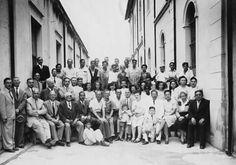 RENDAS - Rafael Abbondanza com familiares e colaboradores em sua fábrica de rendas na Rua Barão de Jaceguai (Mogi das Cruzes - 15/11/1947).