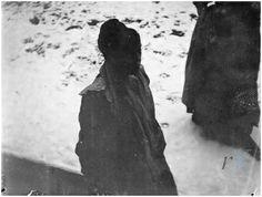 George Hendrik Breitner (1857 ) Breitner was een van de eerste Nederlandse straatfotografen. Begonnen als Nederlands kunstschilder, bekend van zijn weergave van het Amsterdamse stadsleven. Zijn werk is verwant aan dat van de 'Tachtigers'; een groep kunstenaars met grote invloed op de Nederlandse kunstwereld gedurende de jaren tachtig van de negentiende eeuw. Schilders als Isaac Israëls, Willem Witsen en dichters als Willem Kloos en Lodewijk van Deyssel behoorden tot zijn vriendenkring.