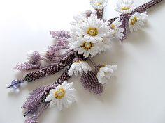 パープルのラインに白い可愛らしい小花のお花畑ビーズネックレス。