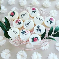 Macarons - Fleurs and pretty sweets - Macaroon Favors, Macaron Cookies, Macaroon Recipes, Unicorn Macaroon, Macaroon Tower, Dessert Decoration, Dessert Table, Macaron Filling, Come Dine With Me