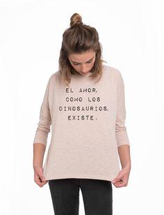 """Camiseta de manga larga y cuello redondo en color maquillaje con mensaje """"El amor como los dinosaurios existe"""" en color negro...."""