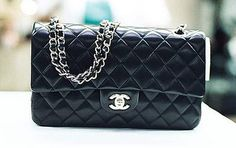 TIENDAS Ö STORE te dicen. En los años 20, la diseñadora Coco Chanel redefine la moda. Hace a la mujer elegante y le quita adornos superfluos. Queda instaurada desde entonces la mujer moderna. En febrero de 1955, diseña un bolso que será casi su emblema, el 2/55 (debe su nombre a la fecha en que lo ideó): negro, con piel acolchada y asas de cadena. Hoy sigue siendo un best-seller. Las 'C' cruzadas de la firma serán una seña de identidad muy imitada por otras marcas.