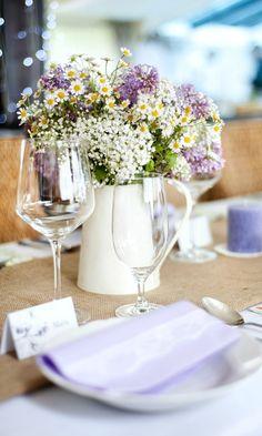 Centros de flores silvestres, en blanco y malva.