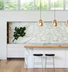 Modern kitchen: marble backsplash, wood countertop and copper pendants for island. Home Interior, Kitchen Interior, Kitchen Decor, Interior Design, Marble Interior, Kitchen Shelves, Kitchen Styling, Interior Ideas, Interior Decorating