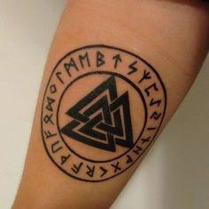 El simbolo de Valknut o tambien conocido como el nudo de la muerte, tiene sus orígenes en el paganismo Nórdico, y este simbolo se compone por 3 triángulos entrelazados, y este simbolo ha sido adoptado por los amantes del tatuaje, es por ello que en este articulo analizaremos a fondo el simbolismo de