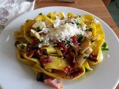 Tagliatelle, dried tomatoes, parsley, olives, serrano & artichokes.