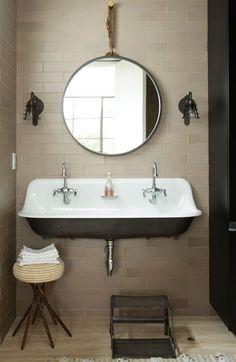 brede wastafel in de badkamer