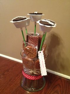 Little Debbie Snack cake bouquet! :) might do this in the long run wow Cake Pop Bouquet, Food Bouquet, Gift Bouquet, Gluten Free Coconut Cake, Little Debbie Snack Cakes, Christmas Cake Pops, Christmas Treats, Cake Decorating For Kids, Valentines Day Cakes