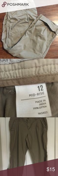 Old Navy Cargo Capri Pants size 12 Midrise Old Navy Cargo Capri Pants size 12 Midrise Old Navy Pants Capris