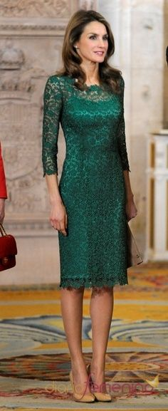 Elegante y actual Reina de España, Doña Letizia . the new queen of Spain. Her husband Felipe ascended to the throne upon his father's abdication. Elegant Dresses, Pretty Dresses, Formal Dresses, Style Royal, Estilo Real, Queen Letizia, Mode Outfits, Royal Fashion, Green Dress
