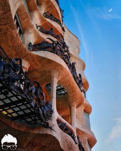 Man to the moon ## from La Casa Milà AKA La Pedrera (cantera en catalán) by Gaudí # #BarcelonaCitizen #Barcelona   Historia de Barcelona contada a los #InstagramES Cap. 1   Lo primero que deberias saber sobre la Pedrera es que ese es el nombre que le dieron los Barceloneses y por el cual se referían a ella. La voz popular y los años convirtieron este nombre en permanente.   Debes entender que el edificio no respetaba ninguna norma de estilo arquitectónico convencional por lo que recibió…