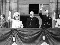 Prime Minister Winston Churchill joins Royal Family 1945 on the balcony at Buckingham Palace on VE Day, end of in Europe. L to R Princess Elizabeth Queen Elizabeth, Winston Churchill, King George VI, Princess Margaret. Princesa Margaret, Princesa Elizabeth, George Vi, Reign, Beatles, Berlin 1945, Marina Real, Victory In Europe Day, Bbc