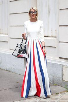 Vestidos infinitos de inspiración circense combinados con originales bolsos de plástico transparente.