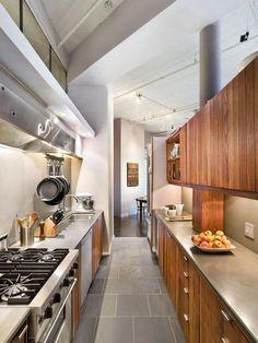 A cozinha com a coifa de ponta a ponta deixou mais industrial.
