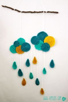 Modern crochet mobile / wall hanging idea for nursery/baby's room Mobiles En Crochet, Crochet Garland, Crochet Mobile, Crochet Decoration, Crochet Home Decor, Crochet Wall Art, Crochet Wall Hangings, Crochet Diy, Crochet Amigurumi