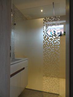 vzorovaná sklenená sprchová zástena Bathroom Lighting, Divider, Mirror, Furniture, Home Decor, Bathroom Light Fittings, Bathroom Vanity Lighting, Decoration Home, Room Decor