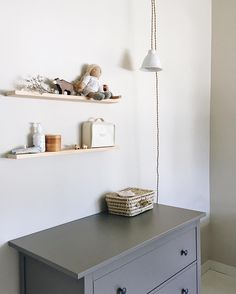 Un papa qui peint, pose des étagères et accroche des lampes après minuit... . A papa who paints, fixes shelves and attaches lamps well past… Nursery Nook, Nursery Storage, Nursery Organization, Nursery Furniture, Painted Furniture, New Baby Wishes, Natural Nursery, Ikea, Baby Bedroom
