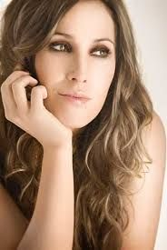 Malú (born María Lucía Sánchez Benítez) is a Spanish singer. Malú started her career at age 15 and has since then become one of Spain's top stars with eight studio albums to her credit. Music Express, Malu, Female Singers, Sexy Women, Beautiful Women, Long Hair Styles, Beauty, Llamas, Glee