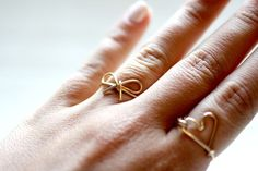 Wire Bow Ring DIY {Rings} Looking for a easy DIY project with super stylish results? This bow ring is perfection! Wire Jewelry, Jewelery, Dainty Jewelry, Make Your Own Ring, I Spy Diy, Diy Rings, Diy Bow, Bijoux Diy, Schmuck Design
