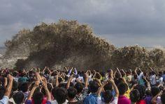 """""""9月22日、中国杭州を襲った超大型台風・天兔(ウサギ)の高波の写真を撮る人々。"""""""