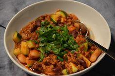 Chili mit Zucchini, zwei Sorten Bohnen und Linsen ist eine fettarme Eiweißmahlzeit, die ganz ohne Z...