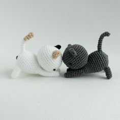 Leuke kleine poesjes om te haken met behulp van het haakpatroon van Little Bear Crochets dat je vindt op Freubelweb.