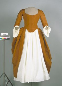 1780-1789 I'Anglaise Dress Linen lining and open robe. From the American Textile History Museum in Lowell, MA