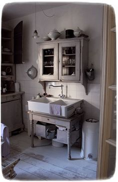 Antique Kitchen Decor, Kitchen Dining, Meas Vintage, Shabby, Summer Fall, Hygge, Double Vanity, Cottage, Rooms