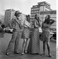 """2.9.1972, Leipzig: Herbstmesse 1972:  Vom Abendkleid bis zum Hosenanzug reicht die Modellpalette, die unter den Namen """"Jugend73"""" zur Herbstmesse vorgestellt wird. Sie ist gefertigt aus dem neuen, pflegeleichten und strapazierfähigem Gewebe """"Grisuten-esturan"""", das vom VEB Oberlausitzer Textilbetriebe, Neugersdorf, verarbeitet wird."""