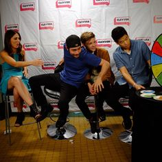 Scorch Trials at SDCC15 - Thomas Brodie Sangster leaning into Dylan to keep him from falling off his chair lol
