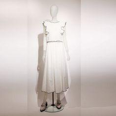 「スナイデル」トップ1万2200円、スカート1万4200円   マッシュグループのレディスブランドの16年春物は、スリット、キャミソール、Vネック、レースなどのフェミニンなデザインが多い。コンビネゾン、ワイドパンツ、ロングスカートといったIラインの服ですっきり大人っぽく見せているのが新しい傾向だ。  「スナイデル」は、センシュアル&ピュアがテーマ。注目は白の服で、Vネックのブラウスやキャミソール、裾から繊細なレースがのぞくニットのショートパンツなど、スナイデルらしい可愛らしさを残しながらもどこか官能的に仕上げた。刺繍、スエード、スカラップ、スリットもキーワード。従来はフレアの服が多かったが、来春は下に落ちる柔らかいシルエットが特徴で、ガウチョ、ワイドパンツやガウンも多い。