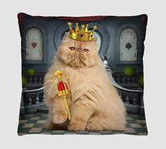 Linda e divertida, a Almofada Decorativa Estampada Rei Gato - Com Refil de Silicone é ótima para deixar sua sala ou quarto ainda mais alegres! Confeccionada em estampa digital de alta qualidade, é o toque que faltava na decoração da sua casa! Aproveite!  www.clickenxovais.com.br