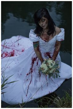 Thanks to lots of films and the Walking Dead zombies have become super trendy! Some couples dare to rock zombie theme on their big day, especially if it's a Halloween wedding. Wedding Photoshoot, Wedding Pics, Wedding Bride, Dream Wedding, Wedding Day, Wedding Stuff, Wedding Cakes, Zombie Wedding, Horror Wedding