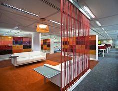 agencement scoubidou dans les discothèque et dans les espaces de travail. Le jonc plastique dans la décoration d'intérieur.