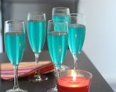 Easy champagne soup – Ingredients of the recipe: 1 bottle of sparkling wine or champagne, 10 cl of lime juice, 10 cl of cane sugar syrup, 20 cl of blue curacao Disney Cocktails, Purple Cocktails, Classic Cocktails, Summer Cocktails, Prosecco Cocktails, Blue Curacao, Irish Cream, Champagne, Wine Bottles