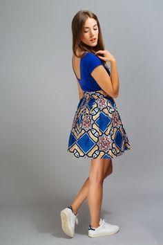 Mini jupe froncée en wax africain. -Longueur avec ceinture 48 cm -Ceinture (Bande) 6cm à la taille. -fermeture dos -Ourlet bas 3 cm -Tissu 100% coton -tissu acheté au Tog - 14660481